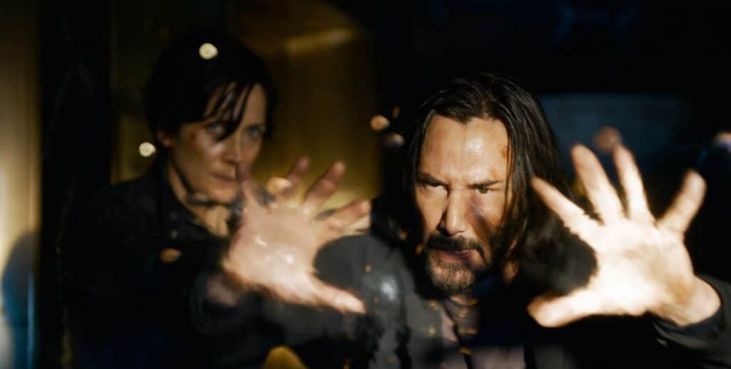Carrie-Anne Moss como Trinity e Keanu Reeves como Neo / Thomas Anderson em 'The Matrix Resurrections'. Imagem: Warner Bros. Pictures/Divulgação