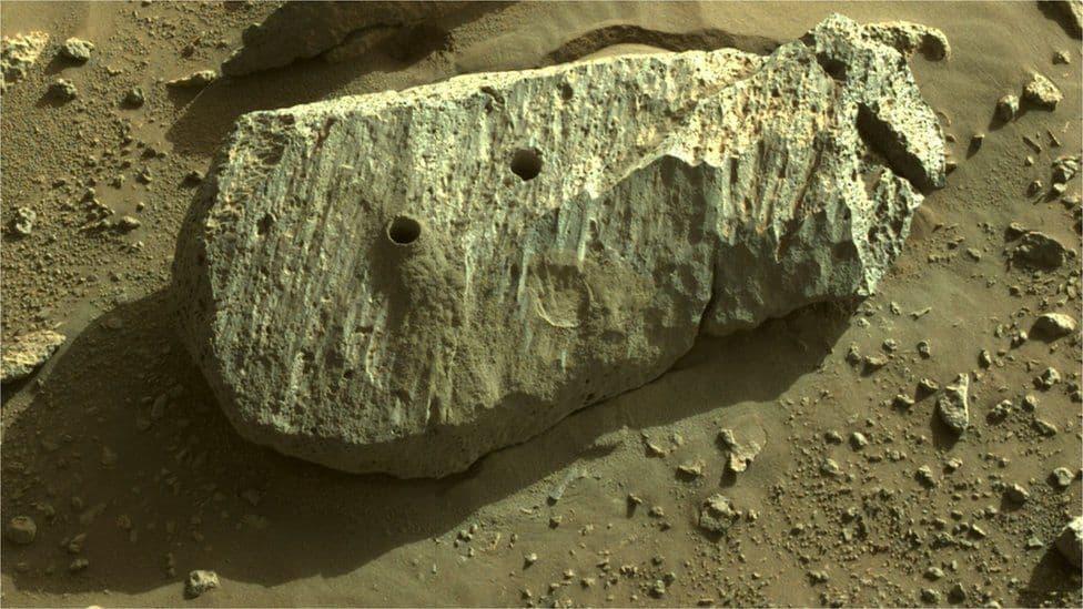 Imagem da Nasa mostra rocha de onde saíram as amostras coletadas pelo rover Perseverance, em Marte