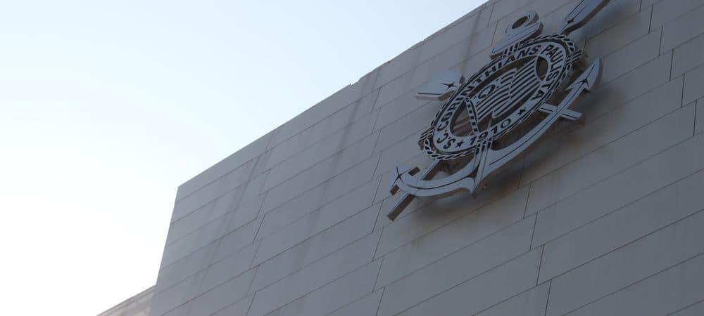 Escudo do Corinthians na fachada do estádio Arena Corinthians