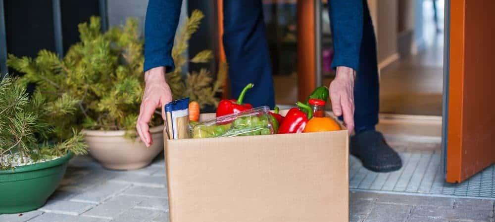 Cliente recebe entrega de caixa com alimentos em casa