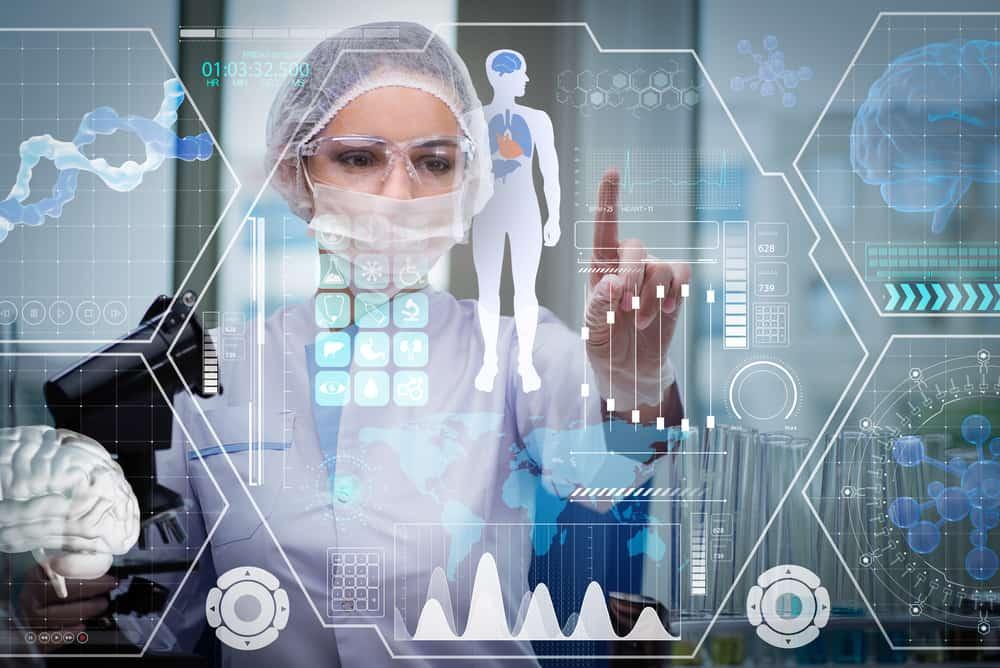 Médico em conceito futurista usando inteligência artificial