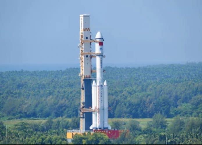 Imagem de transmissão da estatao chinesa mostra o foguete Long March 7, carregando a nave Tianzhou 3, lançada pela China