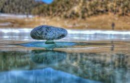 """Impressionante: """"pedras zen"""" se equilibram em pedestais de gelo na Sibéria"""