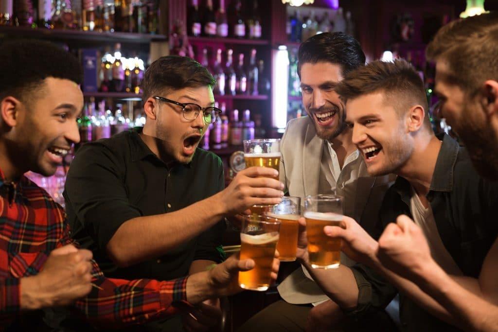 Homens brindando em um bar