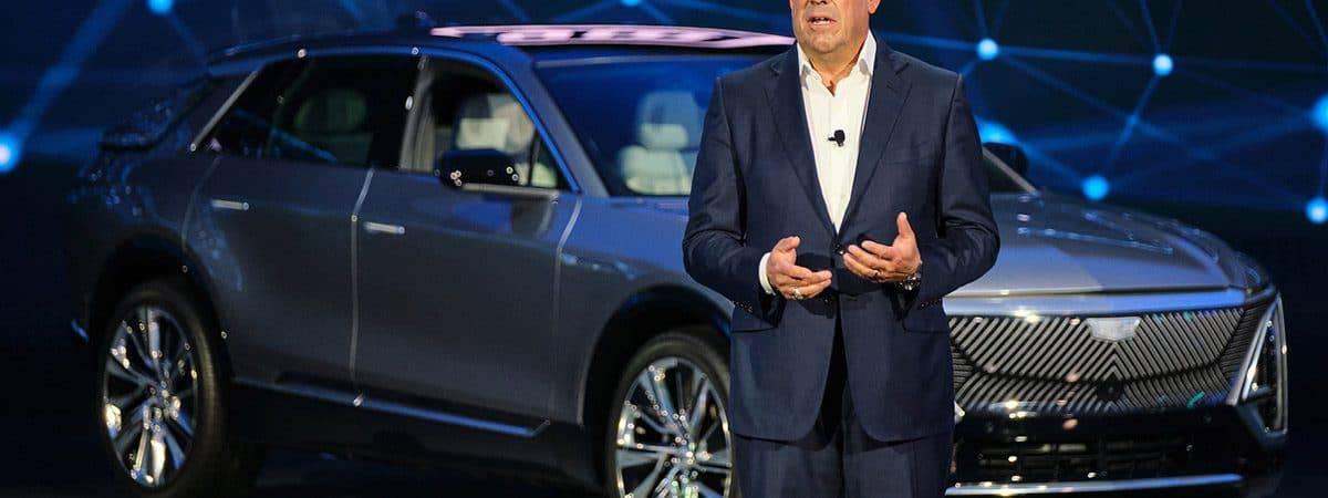 presidente da GM discursando em evento na frente de carro