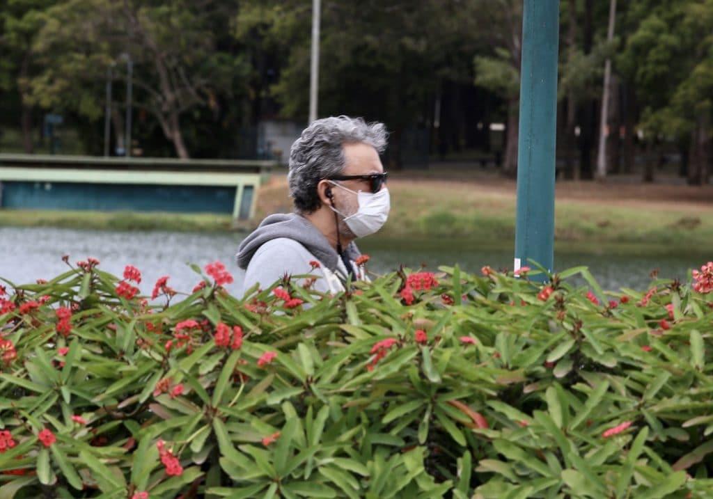 Homem de Máscara em um Parque