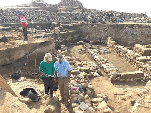 Pesquisadores em meio às ruínas de Tall el-Hamman, com a camada de destruição no meio de cada parede exposta
