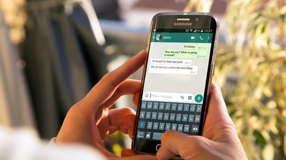 Pessoa usando WhatsApp. Créditos Alex Photo StockShutterstock