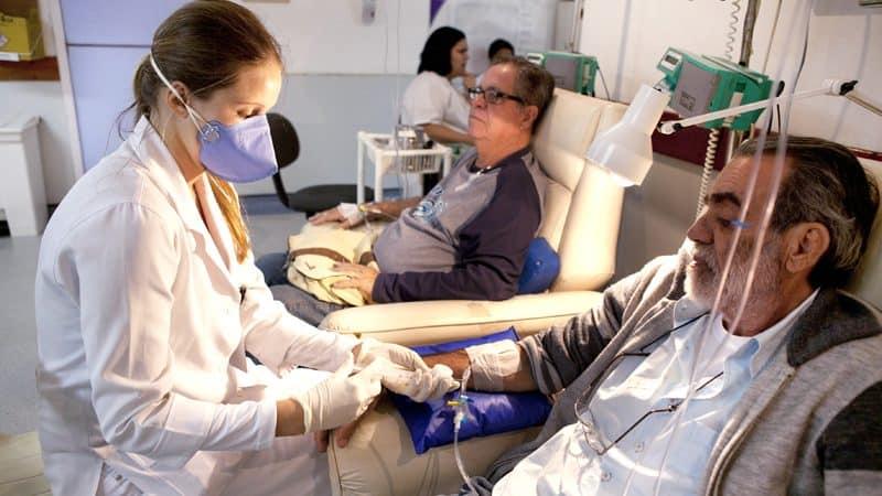 Pessoas recebendo quimioterapia