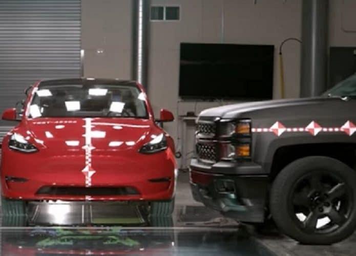 Carro da Tesla em teste de colisão