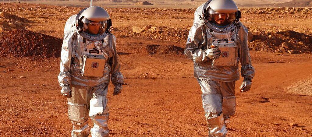 Dois astronautas caminham pelo deserto de Israel, em simulação da vida em Marte