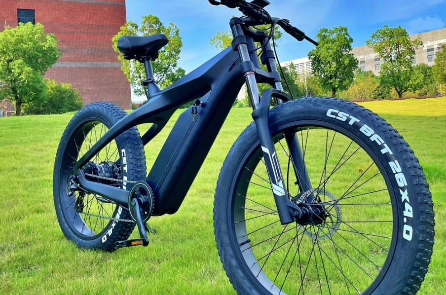 Detalhe dos pneus grossos da e-bike