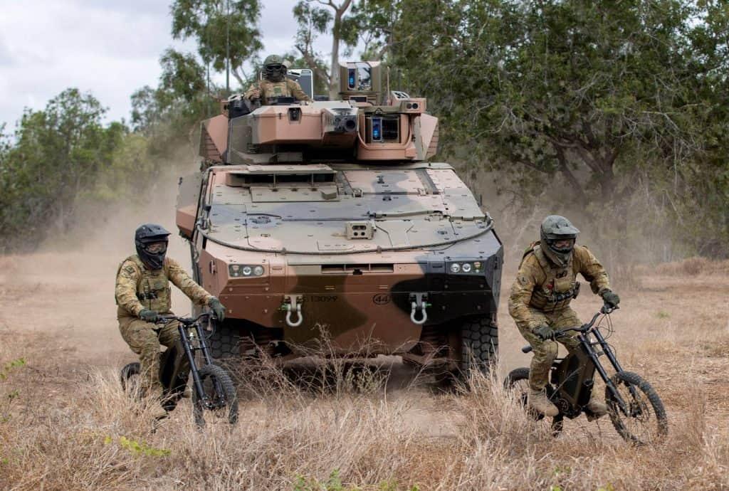O soldado Damian Day e o cabo Thomas Ovey do 2º / 14º Regimento de Cavalos Leves (Infantaria Montada de Queensland) conduzem uma patrulha de reconhecimento nas E-Bikes Stealth Reconnaissance do Exército Australiano na Área de Treinamento de Campo de Townsville, Queensland