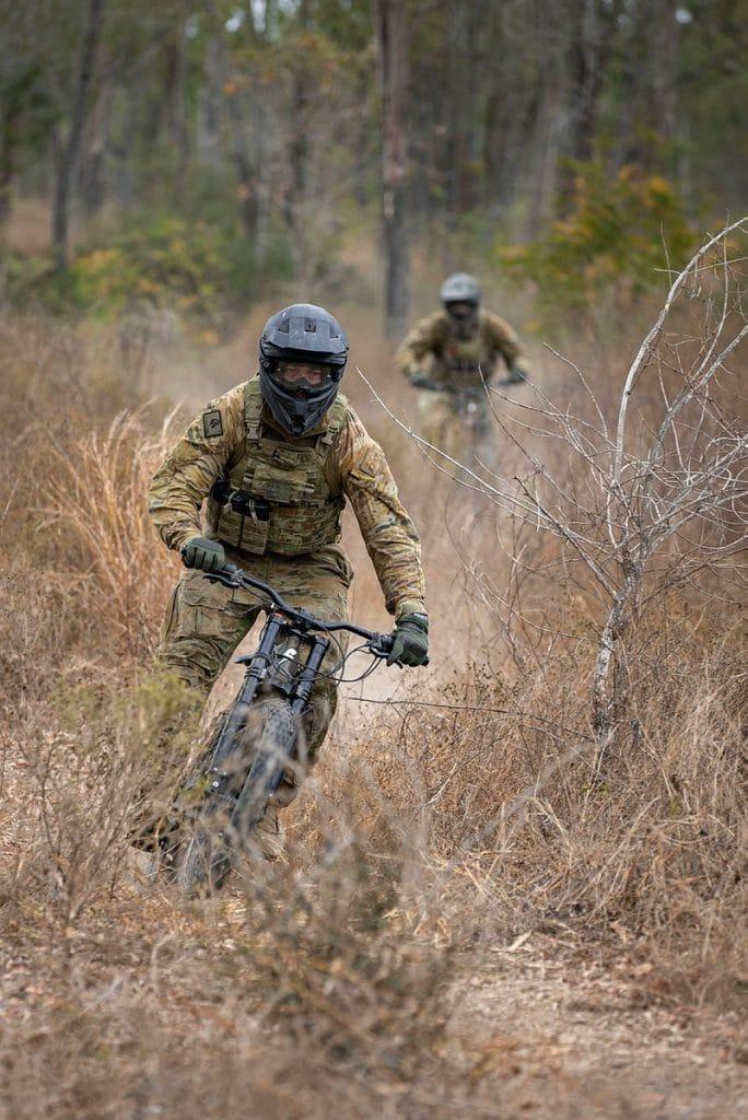 dois militares montados em suas e-bikes