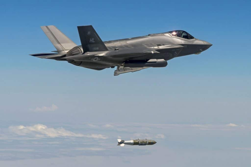 Uma aeronave F-35A Lightning II lançando uma bomba GBU-31 de 2.000 libras em um campo de testes
