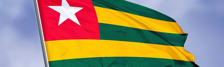 bandeira do togo balançando contra céu limpo