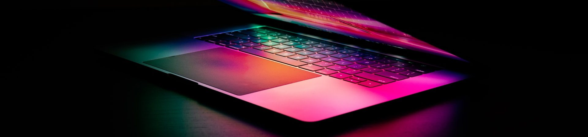 Novos MacBook Pro podem compartilhar tela de mini-Led de 120Hz do iPad Pro. Imagem: Martin Sanchez/Unsplash