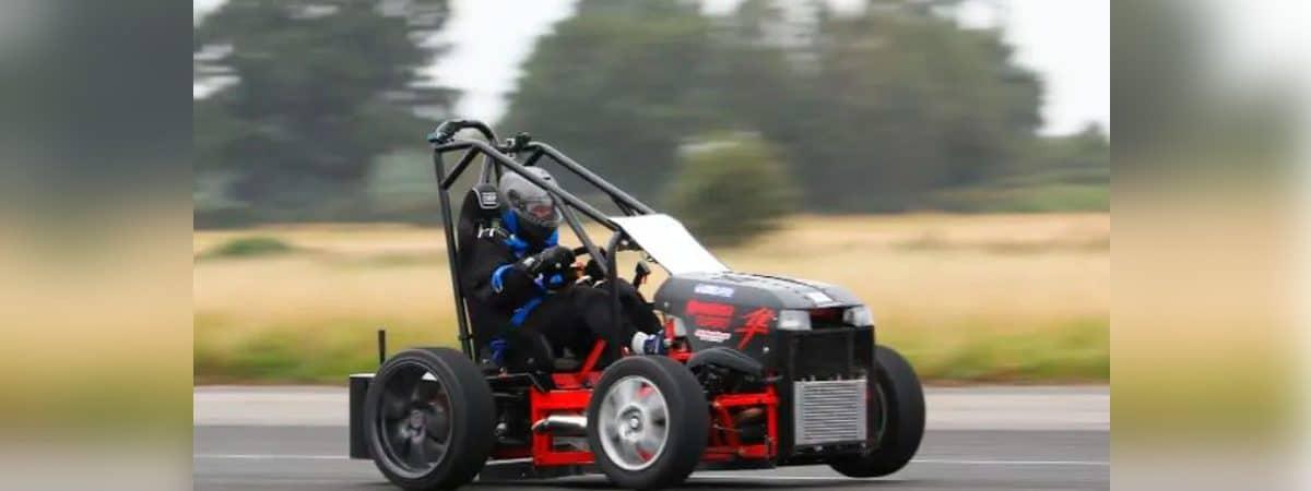 cortador de grama a toda velocidade em pista de asfalto