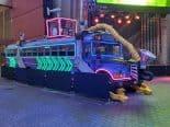 'Fortnite': Ônibus de Batalha em tamanho real é exposto nos estúdios da Universal
