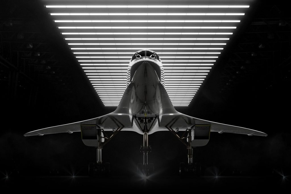avião supersônico Overture em um hangar