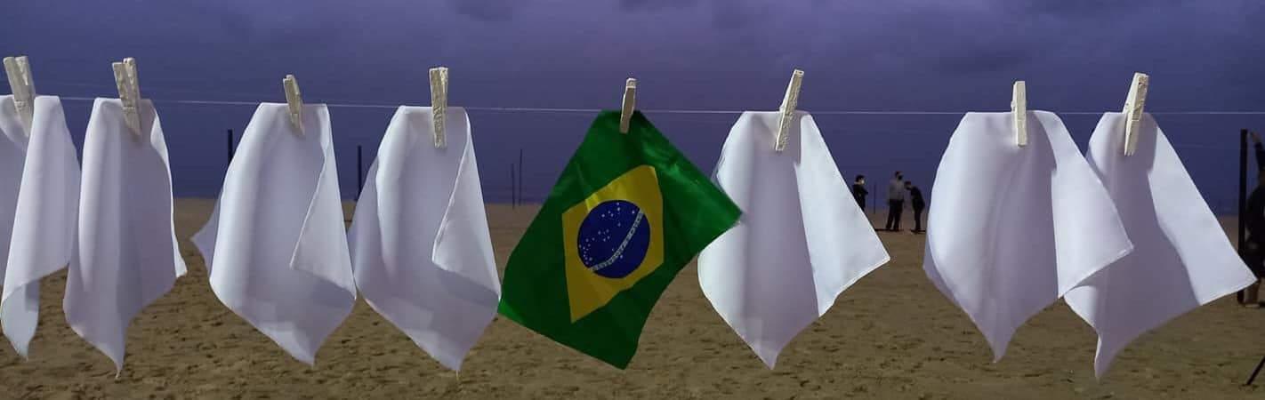 Lenços brancos pendurados em Copacabana