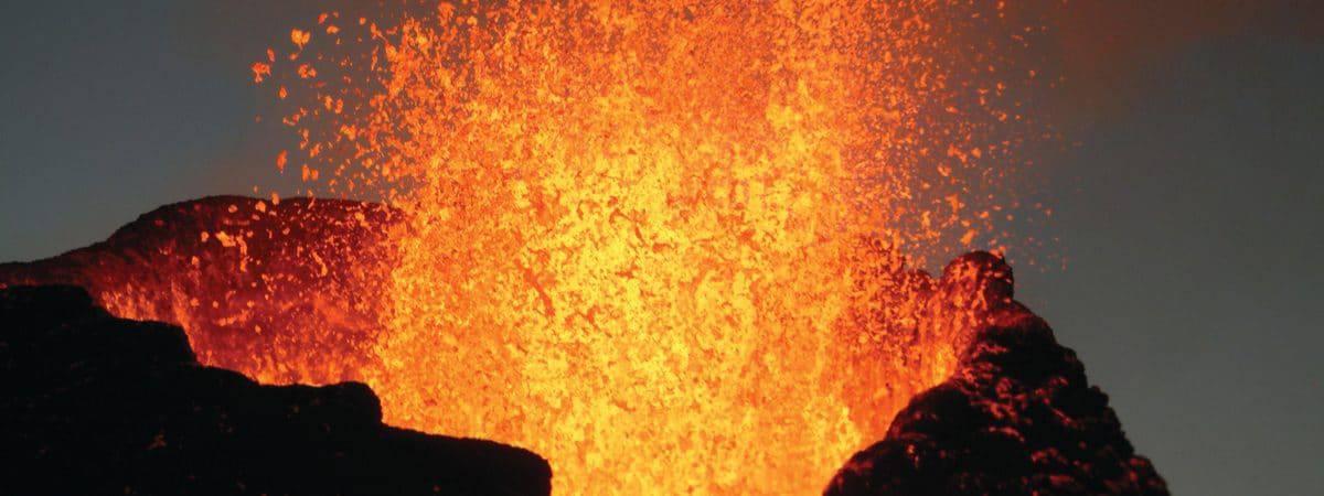 O vulcão Kilauea, no Havaí, expelindo lava da caldeira