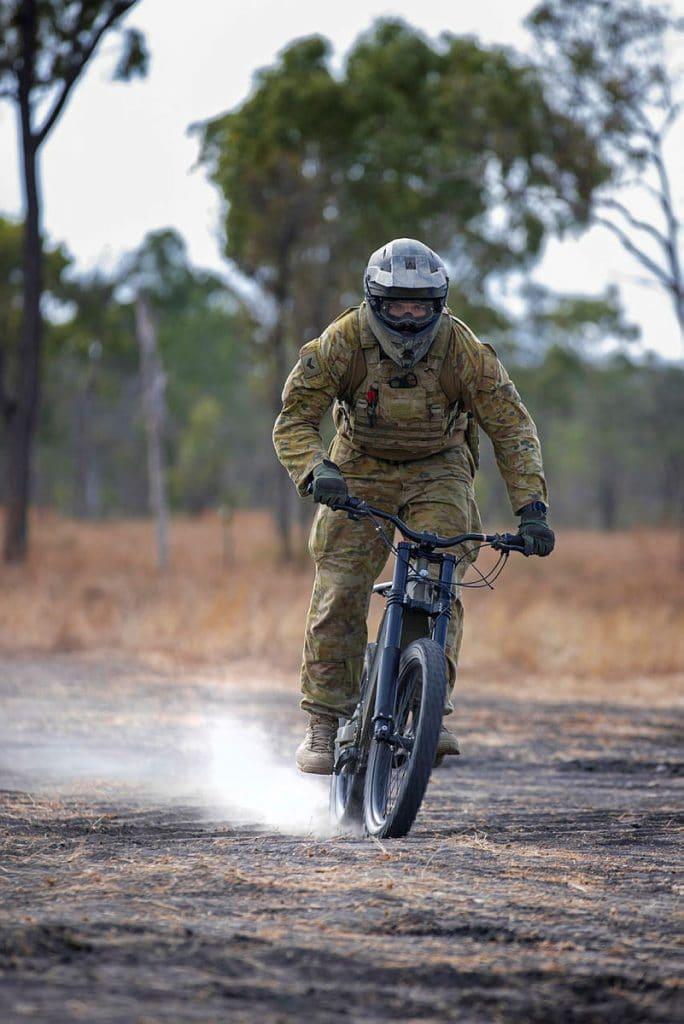 militar australiano correndo com uma e-bike