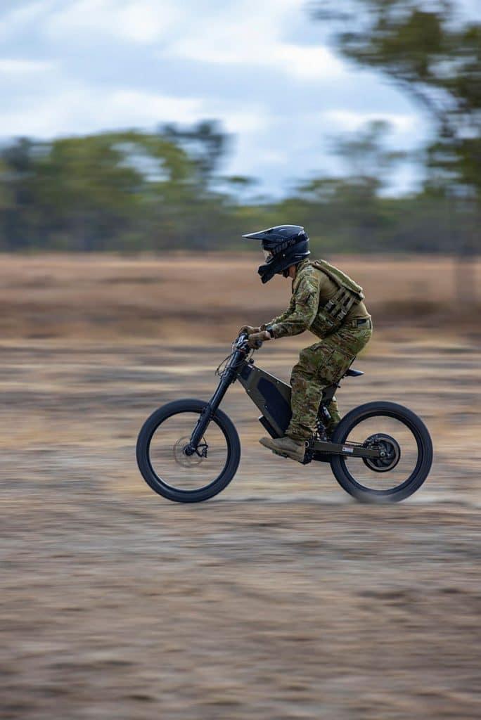 militar australiano correndo com a bibicleta elétrica B-52
